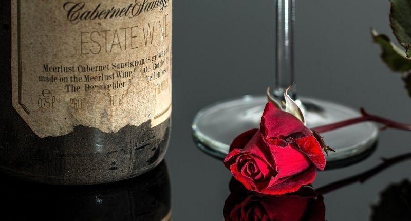 червено вино и роза